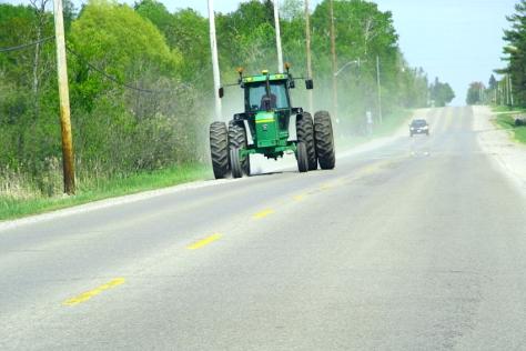 Neulich auf einem Roadtrip, kam uns ein Traktor entgegen, der Traktorfahrer war schwarz und trug einen weißen Smoking mit einer roten Nelke im Knopfloch. Ich verpaßte es, ihn zu fotografieren,Mist, in der Hoffnung, daß der nächste Traktorfahrer auch Smoking trägt, fotografierte ich den darauffolgenden Traktor. Die Hoffnung stirbt zu letzt. Ein Satz, der mein Abendgebet ist, seit ich hier wohne.